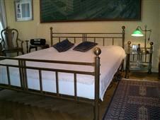 mosazná postel s nočními stolky